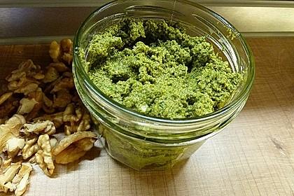 Walnuss-Pesto mit Peperoni und gemischten Kräutern - gar nicht mild 2