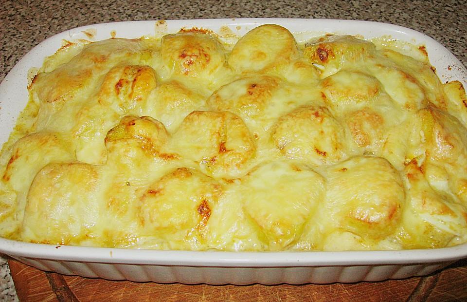 Mit käse überbackene kartoffeln