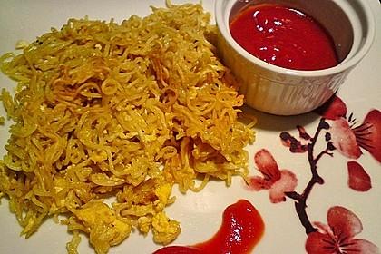 Yum - Yum Nudeln mit gebratenem Ei und Chilisauce 2
