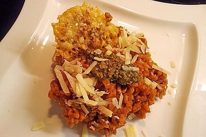 Gebackenes Tomatenrisotto mit Pesto und Parmesan-Walnuss-Crackers