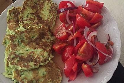 Zucchini-Ricotta-Puffer mit buntem Tomatensalat 20