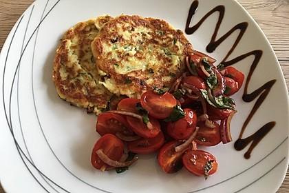 Zucchini-Ricotta-Puffer mit buntem Tomatensalat 8