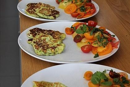 Zucchini-Ricotta-Puffer mit buntem Tomatensalat 10