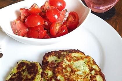 Zucchini-Ricotta-Puffer mit buntem Tomatensalat 17
