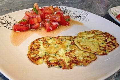 Zucchini-Ricotta-Puffer mit buntem Tomatensalat 7