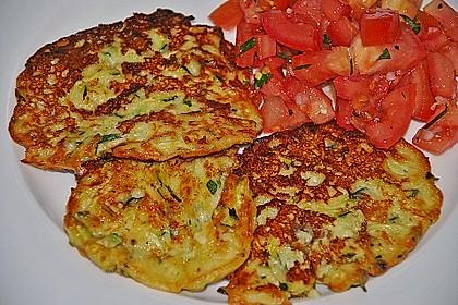 Zucchini-Ricotta-Puffer mit buntem Tomatensalat 18