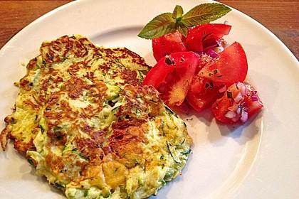 Zucchini-Ricotta-Puffer mit buntem Tomatensalat 15