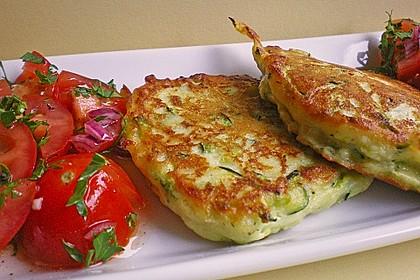 Zucchini-Ricotta-Puffer mit buntem Tomatensalat 5