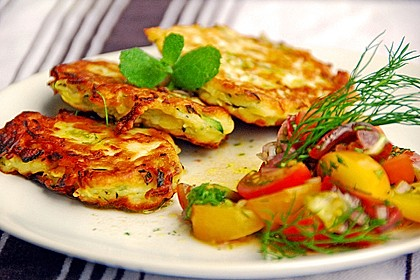 Zucchini-Ricotta-Puffer mit buntem Tomatensalat 1