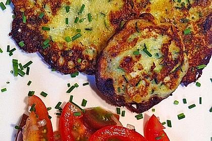 Zucchini-Ricotta-Puffer mit buntem Tomatensalat 23