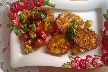 Zucchini-Ricotta-Puffer mit buntem Tomatensalat 6
