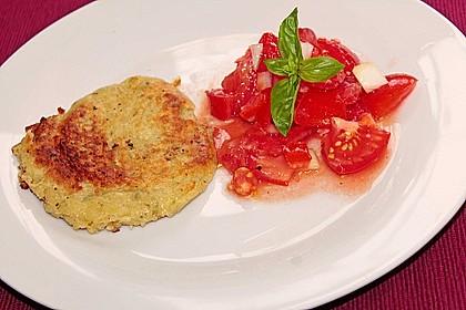 Zucchini-Ricotta-Puffer mit buntem Tomatensalat 24