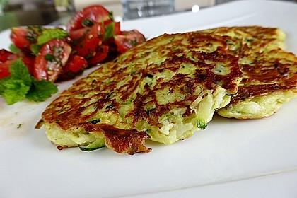 Zucchini-Ricotta-Puffer mit buntem Tomatensalat 13