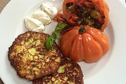 Zucchini-Ricotta-Puffer mit buntem Tomatensalat 4