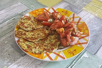 Zucchini-Ricotta-Puffer mit buntem Tomatensalat 21