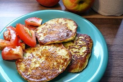 Zucchini-Ricotta-Puffer mit buntem Tomatensalat 3