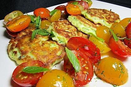 Zucchini-Ricotta-Puffer mit buntem Tomatensalat 9
