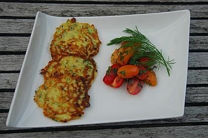 Zucchini-Ricotta-Puffer mit buntem Tomatensalat 2