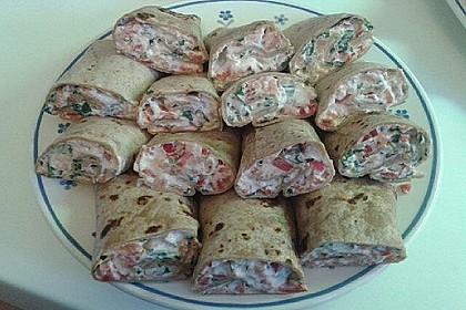 Wrap-Röllchen mit Lachs, Paprika und Rucola