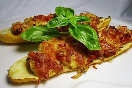 Vegetarische gefüllte Zucchini auf griechische Art