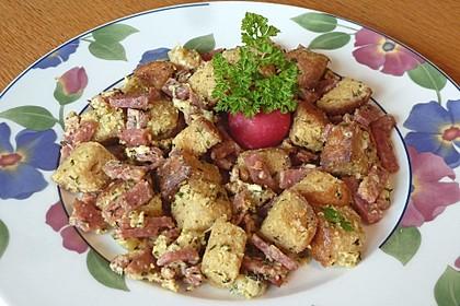 Brotwürfelpfanne mit Ei und Feta