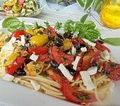 Spaghetti mit Kirschtomaten, Oliven und Mozzarella (Bild)