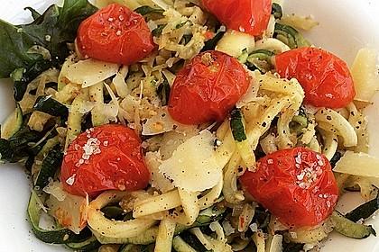 Zucchininudeln mit geschmorten Tomaten (Bild)