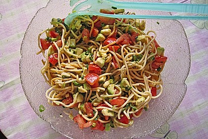 Spaghettisalat mit Tomate und Avocado