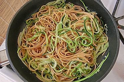 krümeltigers Vollkornspaghetti mit Zucchinispaghetti