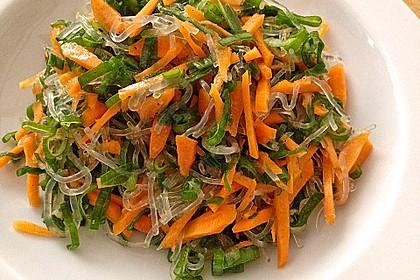 Kelp-Nudeln mit Karotten und Frühlingszwiebeln in Zitronen-Senfsoße