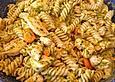 Pasta mit Hähnchenbrustwürfeln in einer Möhren-Honig-Sahnesauce