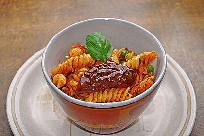 Nudelsalat mit Tomaten und Erbsen