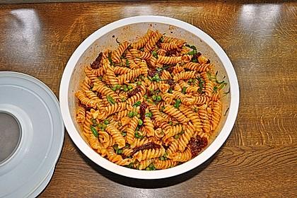Nudelsalat mit Tomaten und Erbsen 3