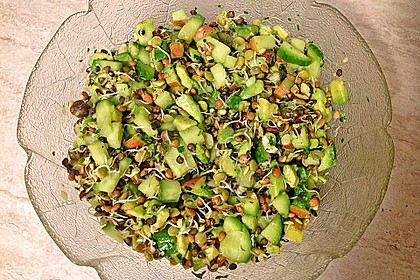 Linsensprossen-Avocado-Apfel-Salat mit Ingwer-Dressing 1