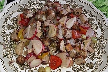Bratwurstsalat mit Paprika, Radieschen und Zwiebeln