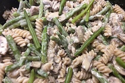 Grüne Bohnen mit Nudeln und Champignon-Ziegenkäse-Sauce (Bild)