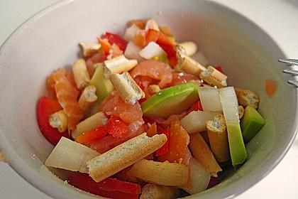 Avocado-Melonen-Salat mit Brotsticks und Räucherlachs