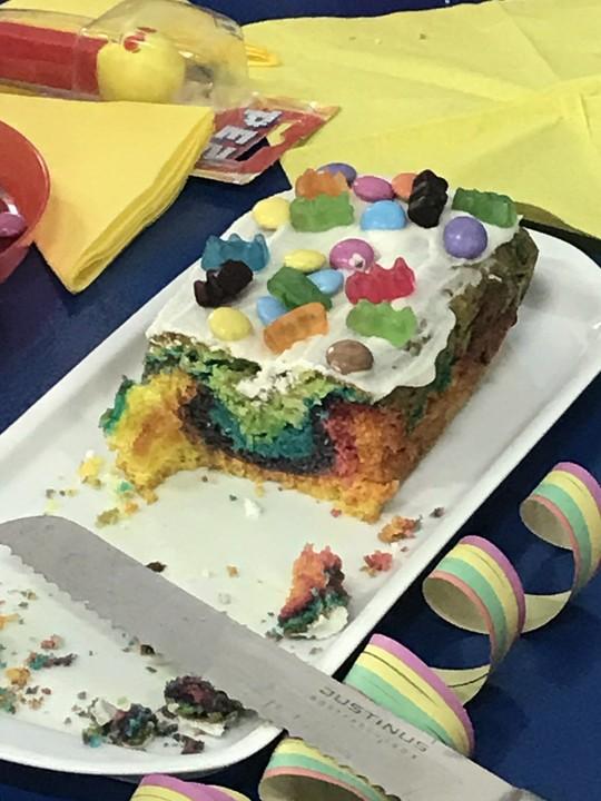 Regenbogen Kuchen Mit Kakao Und Gummibarchen Von Himbella Chefkoch De