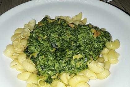 Nudeln mit Spinat-Käsesauce und Fleischwurst (Bild)
