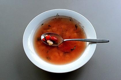Klare Tomatensuppe mit Mozzarella - Ravioli