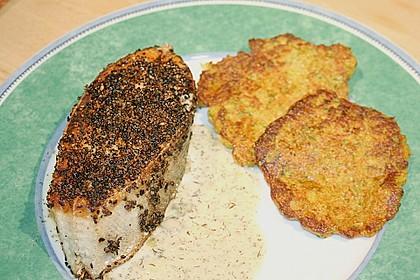 Lachssteaks im Pfeffermantel und Zucchinipuffer mit Dillsauce 2