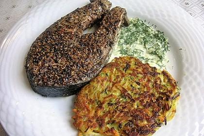 Lachssteaks im Pfeffermantel und Zucchinipuffer mit Dillsauce