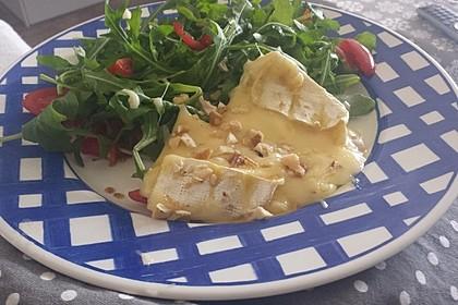 Gebackener Camembert an Honig-Senf-Sauce mit Rucola-Tomaten-Salat 4