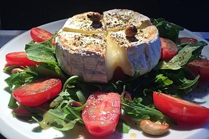 Gebackener Camembert an Honig-Senf-Sauce mit Rucola-Tomaten-Salat 1