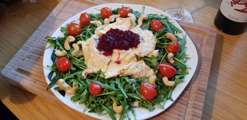 Gebackener Camembert An Honig Senf Sauce Mit Rucola Tomaten Salat