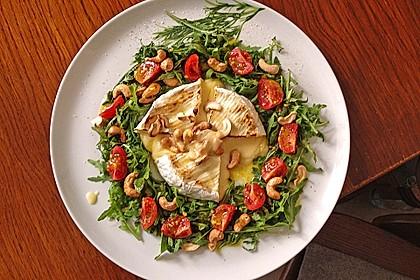 Gebackener Camembert an Honig-Senf-Sauce mit Rucola-Tomaten-Salat