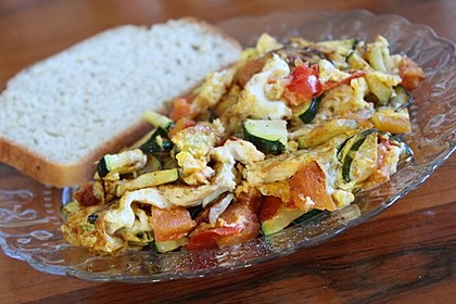 Rührei mit Zucchini und Tomate (Bild)