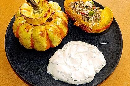 Kleiner gebackener Kürbis gefüllt mit Hackfleisch-Schafskäse-Mischung 10