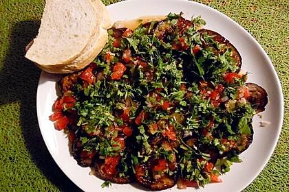 Mauritianischer Auberginensalat mit Chili und Koriander
