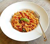 Penne mit frischen Tomaten und Basilikum (Bild)